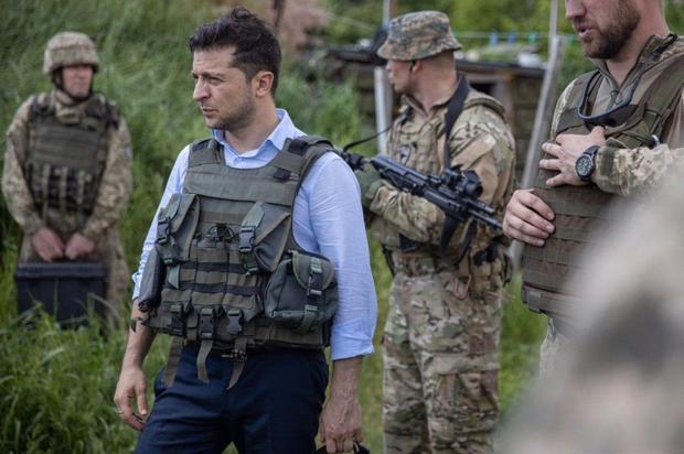Зеленский впервые посетил Донбасс в качестве президента