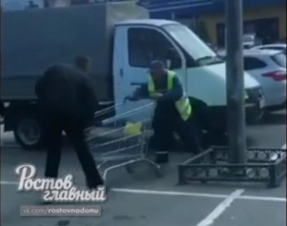 Драка сотрудников магазина за мелочь из тележки попала на видео в Ростове