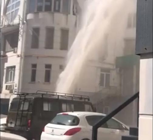 Гигантский фонтан забил на высоту пятиэтажного дома на Пушкинской в Ростове