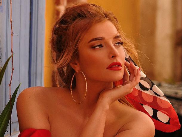 Певица Татьяна Котова показала горячий снимок в купальнике у бассейна