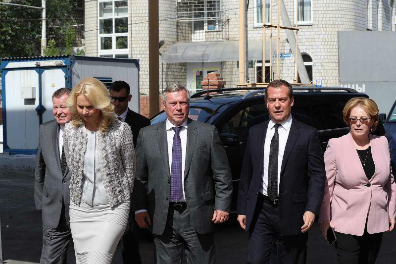 Медведев в ростове министры.jpg