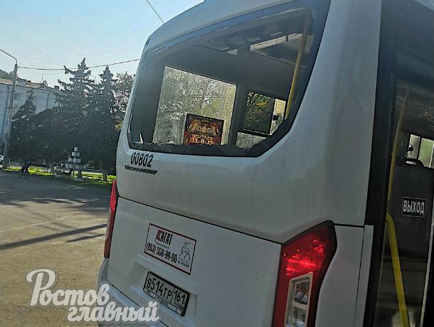 В центре Ростова водитель маршрутки врезался в остановку