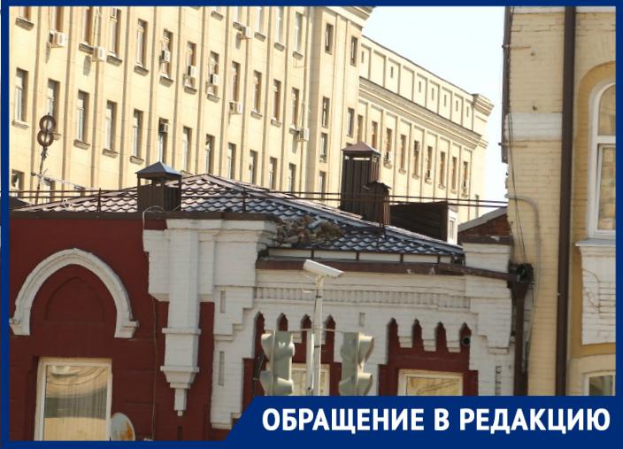 «Аесли кирпич упадет наголову?»: ростовчанка пожаловалась наопасный мусор накрыше дома в центре города