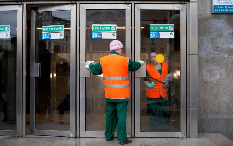 В Москве закрыли три станции метро из-за застрявшего в тоннеле поезда
