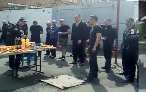 ФСИН проверит видео с банкетом для заключенных в орловской колонии